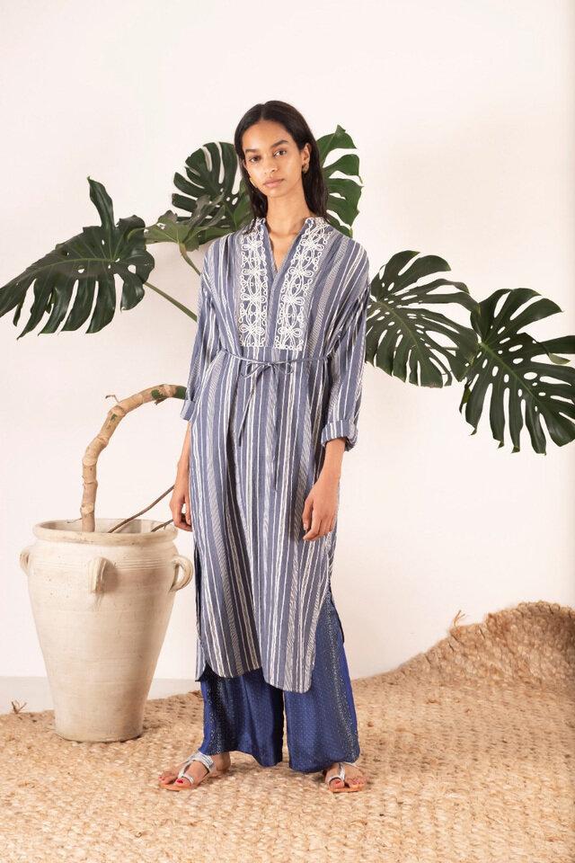 """日本人女性デザイナーが作る、 MADE IN INDIAのブランド。  """"sara""""という1人の女性を イメージしながら彼女の感性との コラボレーションで生まれる カラフルな刺繍やプリント、レース。 ボーダレスな感覚で世界中を旅する saraによって生まれる カルチャーミックスが sara malikaの魅力。"""