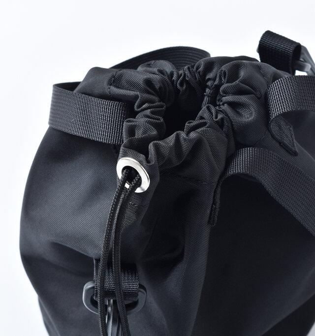 開け口に付いているドローコードを絞る巾着タイプ。キュッと絞れば自然と丸みが出て愛嬌のある形が完成。