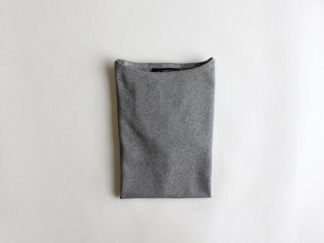 飽きの来ない定番カットソーは、何枚持っていても使えるアイテム。 一度袖を通したら、きっと色違いも欲しくなるはず。