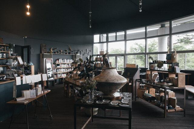 本や作家さんの作品を中心としたラインナップ。喫茶もできるので、つい長居してしまう空間だ。