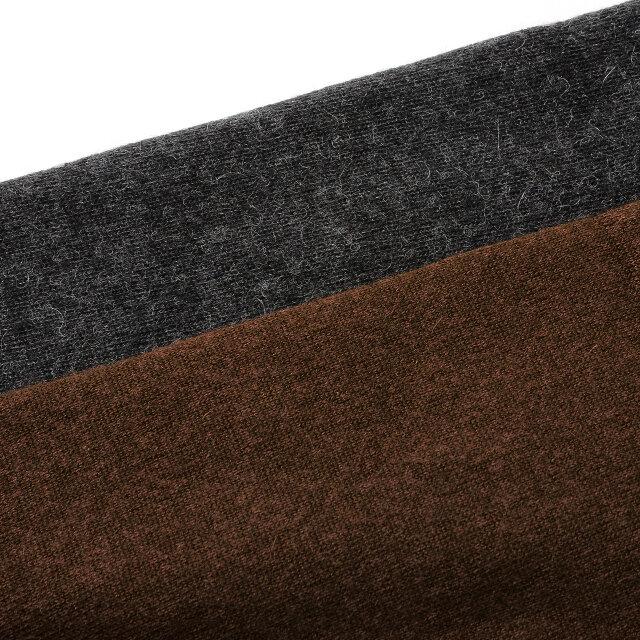 裏地はふわふわとした気持ちのいい質感のオーガニックコットンの裏毛。吊り編み機でアルパカの風合いを損なわないよう、贅沢に編み立てています。