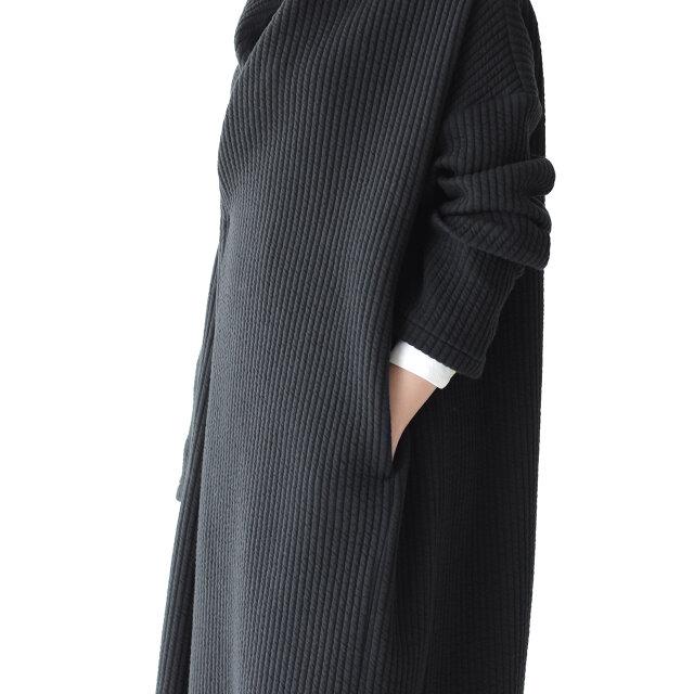 両サイドにはシルエットの邪魔にならないスリットポケット付き。