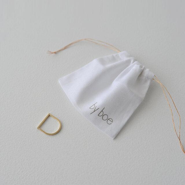 収納に便利なブランドオリジナルの保存袋を付属。 シーズンレスで流行を追わない、ユニークでひとひねりあるデザインが魅力の「バイボー」。 容易に剥げることなく手軽にゴールドの美しさを楽しめる、デイリーにぴったりな逸品です。