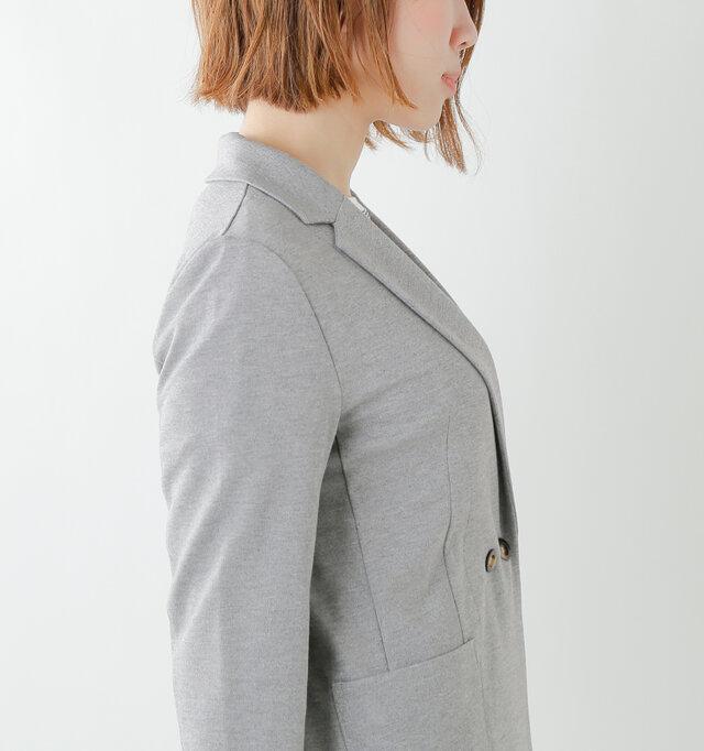 フロントにはダーツを入れ、立体的な品のあるシルエットに。丈感はヒップが隠れる位の長めなので縦長効果がありシルエットもすっきりと見せてくれます。