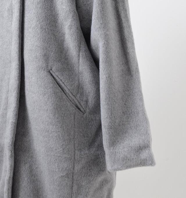 ウエストサイドにはポケットが配され、実用的なデザインとなっています。