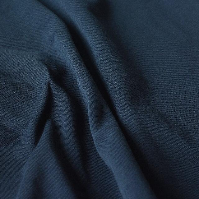 素材にはコットンを100%使用。少し厚手のしっかりとした生地で透けにくく、一枚で着られる安心感があります。着用と洗濯を繰り返すごとに風合いを増していき、自分だけの風合いへと変化を楽しめるところもポイントです。
