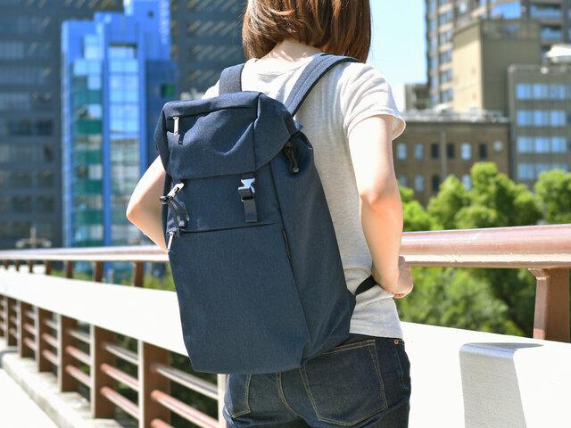 シンプルで女性の背中でもスッキリと背負えるデザインだから、もちろんタウンユースも可能です。