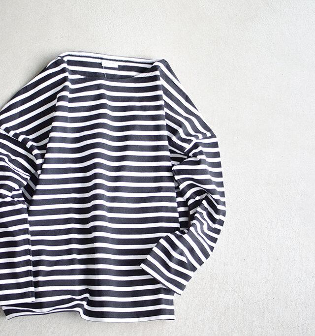 フランス、ブリニェのファクトリーブランド「REINEMAILLE」との提携したジャパンメイドの信頼ある品。上質な生地を飽きのこないデザインに落とし込み、長く愛用できる一着に仕上げています。首元にはシンプルなネームタグが。