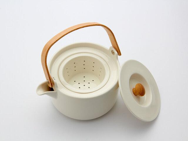 茶こしも本体と同じ色目の陶器製です。美しいですね♪