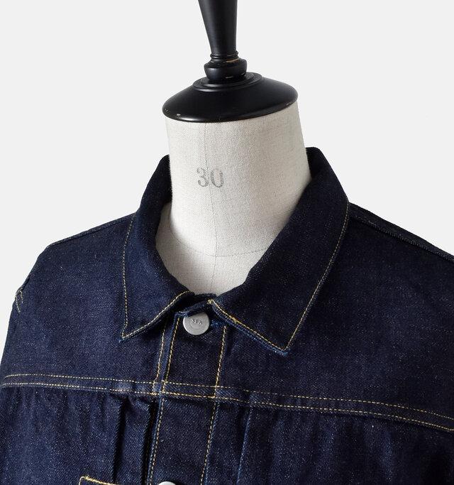 カッチリとしたスタンダードな襟元。 ボタンを開けたときも立体的な形は損なわず、清潔感溢れる爽やかな着こなしが楽しめます。