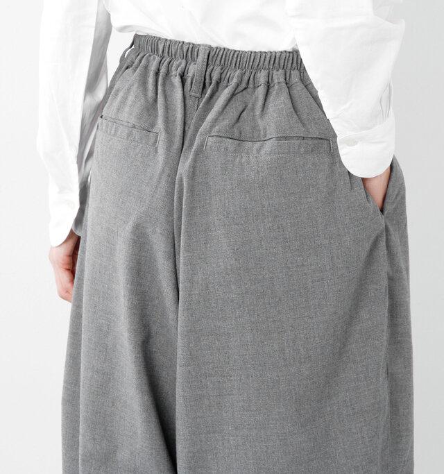 バックウエストには伸縮性のあるゴムが施され、ズレを気にせずに楽に穿いていただけます。 バックにもポケットを配置し、アクセントを効かせています。