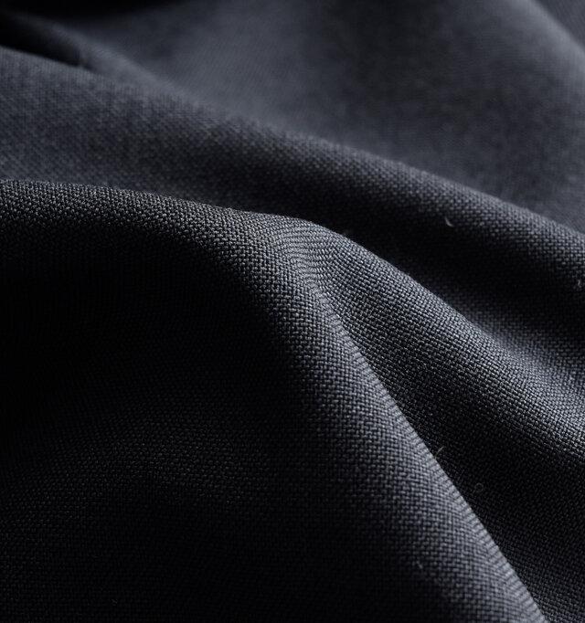 リネンライクな表面感が特徴的なポリエステル素材を使用。シワになりにくく形状を保つ特徴があり、イージーケアでありながら、リネンのようにさらりとした肌触りが心地良いです。通気性にも優れ、軽やかな着心地は春夏にぴったり。