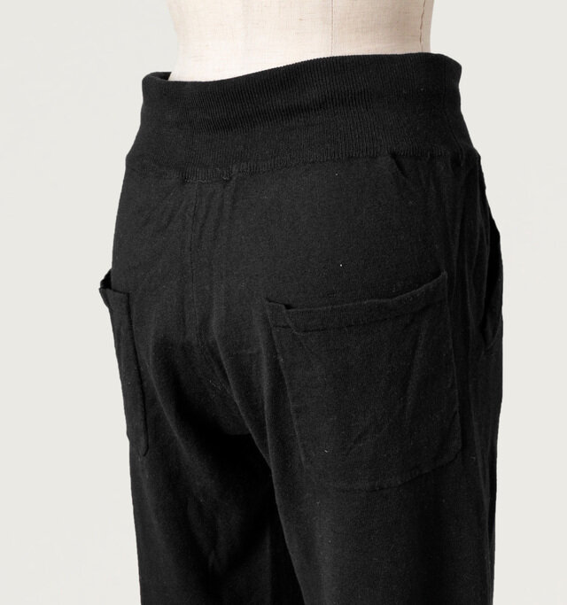 バックにはスクエア型のポケットを左右にプラス。 少し下に配置することで、よりリラックスムードを際立たせるデザインです。