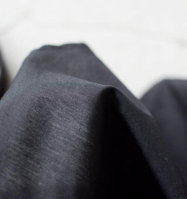 ライニングは薄手のコットン生地を使用し、清涼感のある編み目は季節の装いにぴったり◎