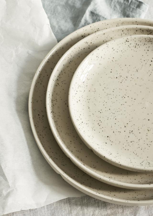 食器の内側は艶のある仕上げで、手が触れる外側は少しざらつきがあり、滑りにくいマットな質感になっ ています。質感の対称性を楽しめ、実用性も両立したデザインです。