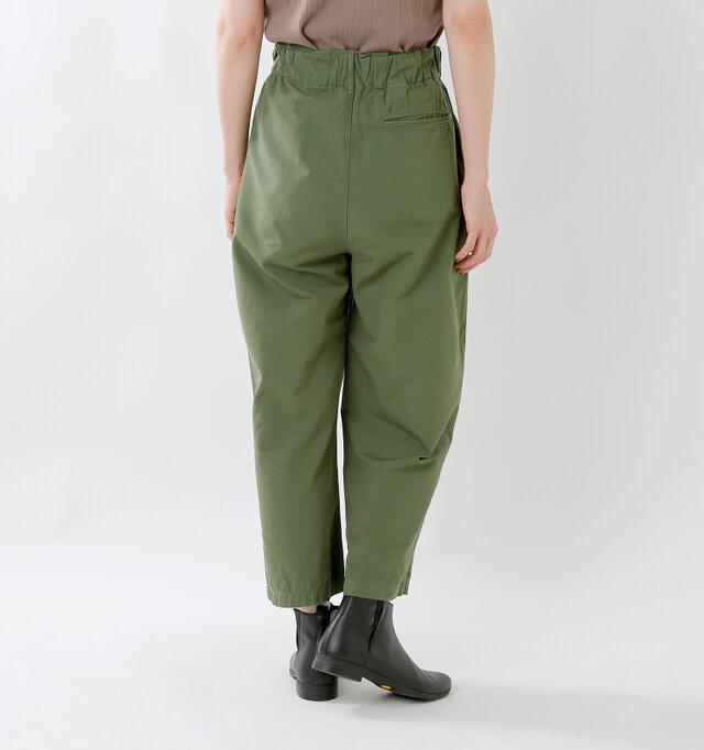 ワイドシルエットに少し短めの丈が新鮮。ショートブーツならワークテイストを引き立て、ヒールのあるパンプスならきれいめに穿いていただけます。