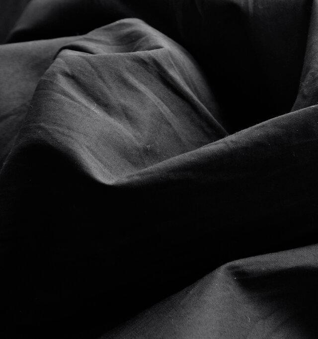 爽やかでクリーンなシャツ素材。ふわりと軽い着心地で、肌触りも心地よい。