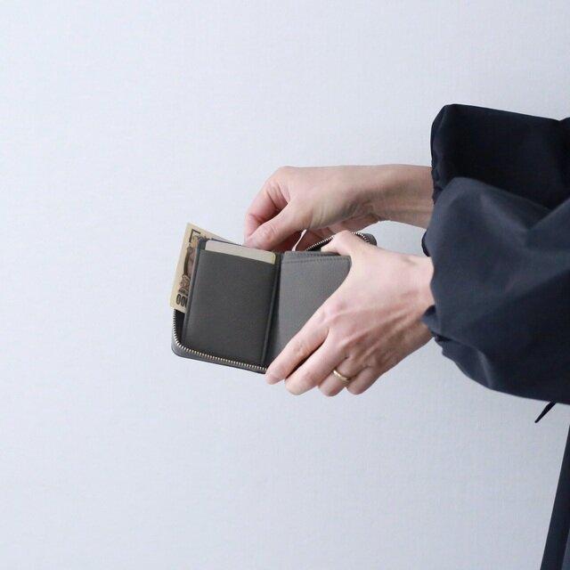 お札は折らずに収納可能。 1万円札がちょうどぴったり入るサイズ感です。