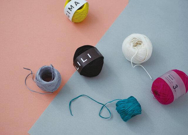 同じ編み方で玉数を1、2、4玉と変えて編む大きさ違いのバッグや、異素材の糸を引き揃えて編むハンドバッグなど。夏の編み物が楽しくなる涼しげでカラフルなアイテムを紹介しています。