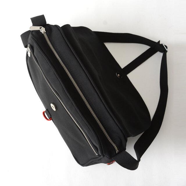 開け口は大きく開き、四角いデザインと幅広のマチで荷物の出し入れもしやすい。