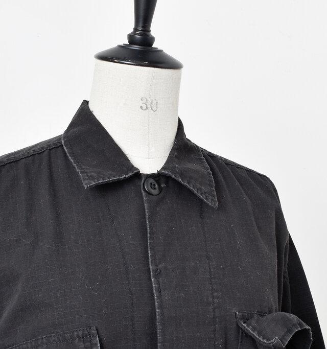 きちんと感のある襟と、ひとつだけ表にでた襟もとのボタンがポイントになっています。前立ては比翼仕立てでスッキリとしたデザインに。
