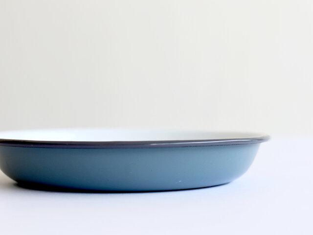 スタイリッシュなカラーバリエーションながらも、どこか懐古感のある琺瑯のお皿は、長く親しまれてきた歴史があるからこそ。