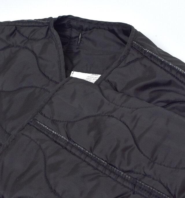首元や袖はあえて裏返したようなデザインで、さりげない個性が光ります。