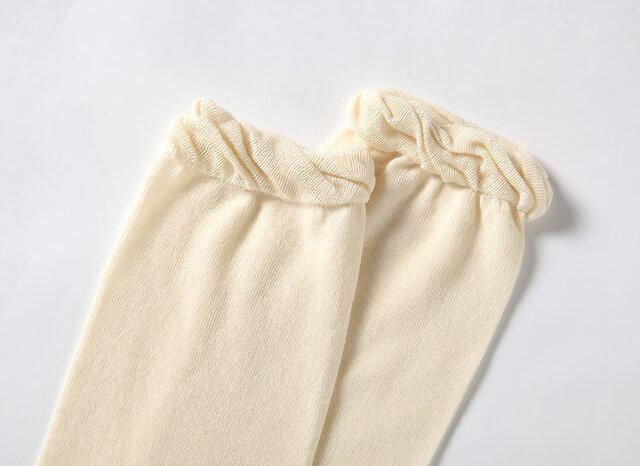 手首足首を締め付けないようにゴムは使用しておりません。 (伸縮性のある糸でかがり縫いをしているのみです)