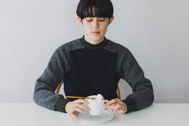 肩部分がサドル(鞍)をかけたような形が特徴のセーター。