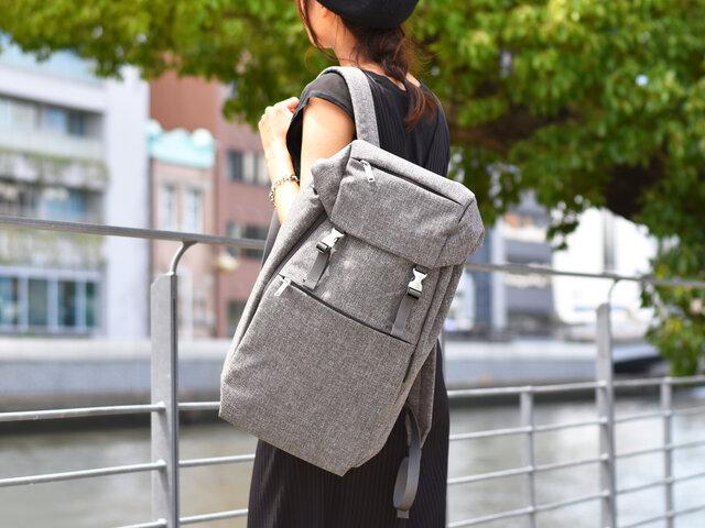 都会的で上質な素材感が、いつものコーディネートにも、きれいめなファッションのはずしアイテムとしても活躍してくれます。