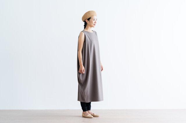 肌馴染みのいいパンツは、ワンピースとのレイヤードスタイルにもぴったり。ロング丈なので、裾をくしゅっとさせたバランスも素敵です。