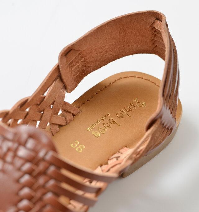 インソールにも天然皮革が使用され、しっとりとした履き心地。