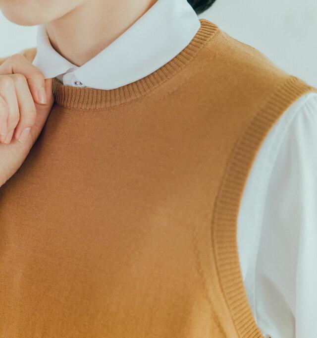 首元はちょうどよい空き具体のラウンドカラー。シャツの衿がすっきりと見えます。 上品なリブ使いも素敵ですね。