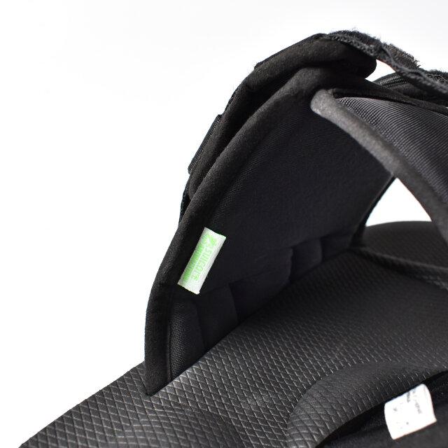 リラクシングな履き心地を叶えるアッパーデザイン。 テープにはさりげなくブランドロゴが入っています。