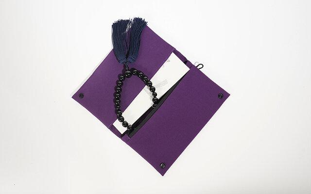 慶弔で使う不祝儀袋が入るサイズ。 ファスナー部には御数珠を入れて。