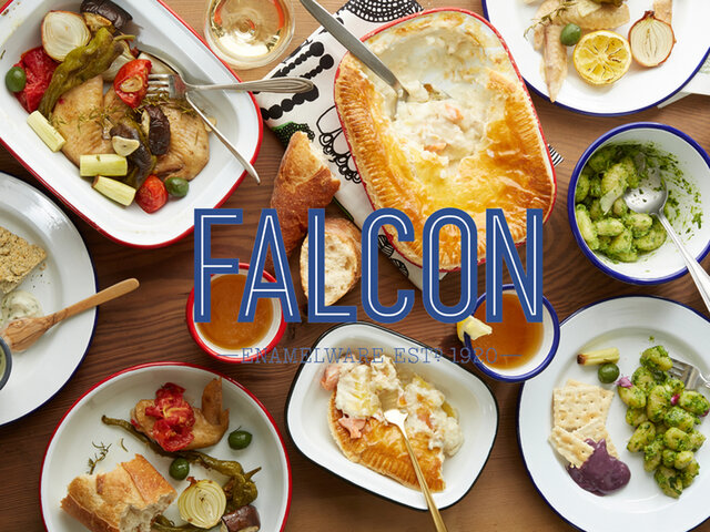 イギリスの起業家、ジョー・クレイナーにより1920年に創業を開始した、琺瑯食器メーカーのFALCON(ファルコン)。95年以上の歴史を持つイギリスを代表するホーローウェア専門ブランドです。イギリスの伝統的なパイ料理を作る際、耐熱性と耐久性があり、またテーブルにそのままサーブ出来る食器を求めた結果、琺瑯という素材に辿り着いたことに端を発します。一時は経営危機に見舞われながらも、カップの縁をより曲線的に丸くし口当たりの良い仕上げを施したり、白一色の展開を豊富なカラーバリエーションに変更したりと、地道なデザイン改善を実施。時代の変化に合わせ、お客様のニーズに的確に応えることで、ヨーロッパの人々から広く愛される人気の食器ブランドとなりました。