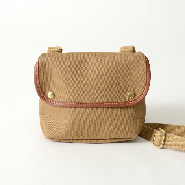 高品質な素材を使用し、職人の卓越した技術で仕立てられたバッグ。丈夫な素材を使用しているので型崩れしにくく、使い込むほどに味わいを増していき、長く愛用していただける逸品です。