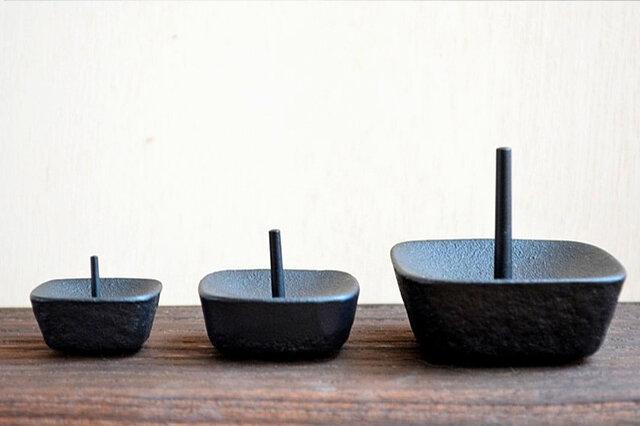 (左から) 小/芯の太さ:直径約2mm 推奨ろうそくサイズ:豆~1号  (おすすめの和ろうそく:菜の花ろうそく豆・1・1.5・2号、米のめぐみろうそく、等伯3号、手描き絵ろうそく) 中/芯の太さ:直径約3mm 推奨ろうそくサイズ:2~5号  (おすすめの和ろうそく:和ろうそく ななお、等伯6号) 大/芯の太さ:直径約4mm 推奨ろうそくサイズ:10~20号  (おすすめの和ろうそく:等伯12号)