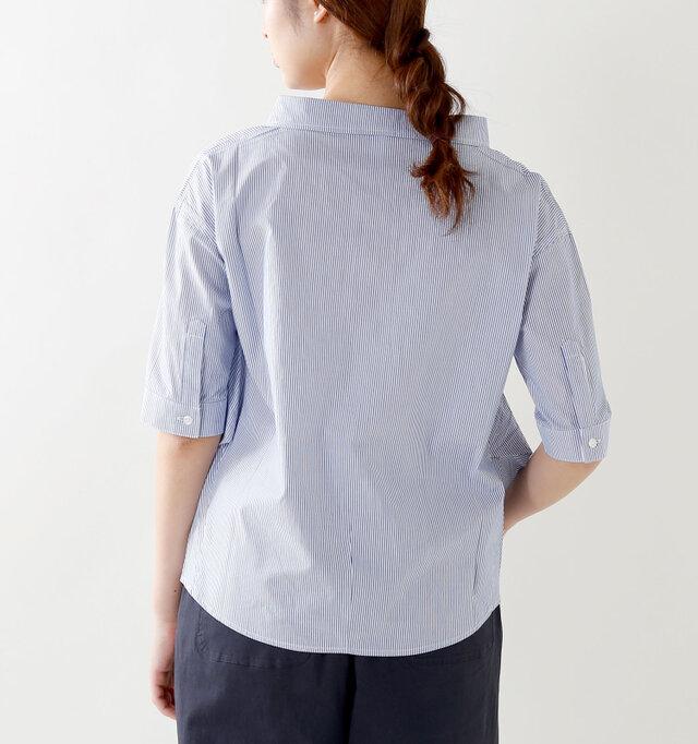 バックはシンプルですが、襟のヌケ感がお洒落ですね。