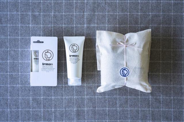 セット内容 ・ハンドクリーム(100ml) ・リップポマード ・コットン袋にロゴ入りシールとリボンでラッピング