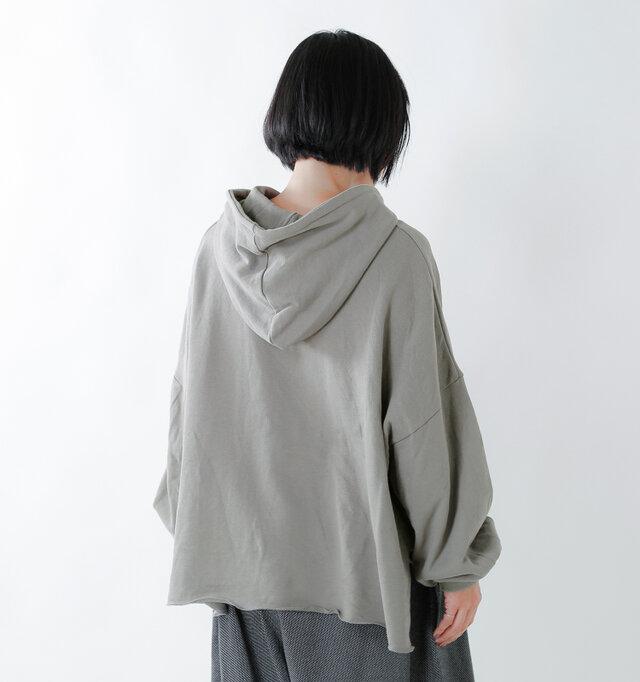 たっぷりとボリュームのある、立体的なフードが後ろ姿のポイントに。裾はカットオフ仕様になっており、全体的にボリュームがありつつも、裾で軽やかな印象を演出しています。