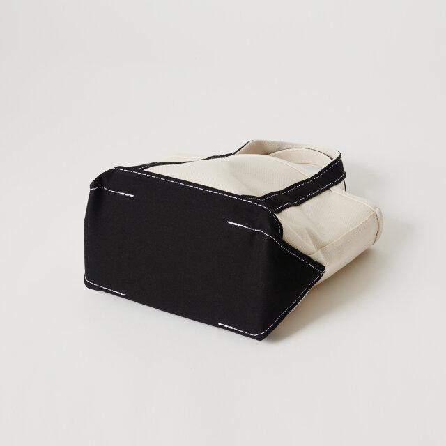 そしてなんと言っても魅力的なのは、このたっぷりとしたマチ幅!このマチ幅のお陰で、タンブラーや長財布、A5サイズのノートにスマートフォンなどなど…、必要なものがすっぽり入れることができちゃいます。