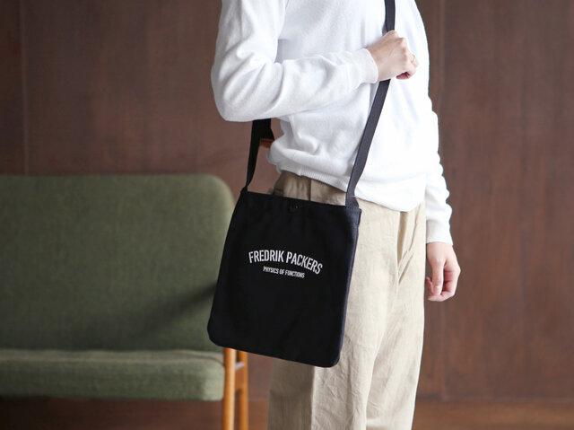ブラック / M 着用  財布と携帯電話、A5サイズの本なども余裕をもって収納できるサイズ感。