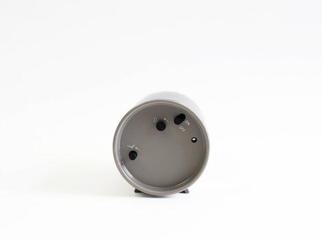 スイッチやアラームボタンは右側に。