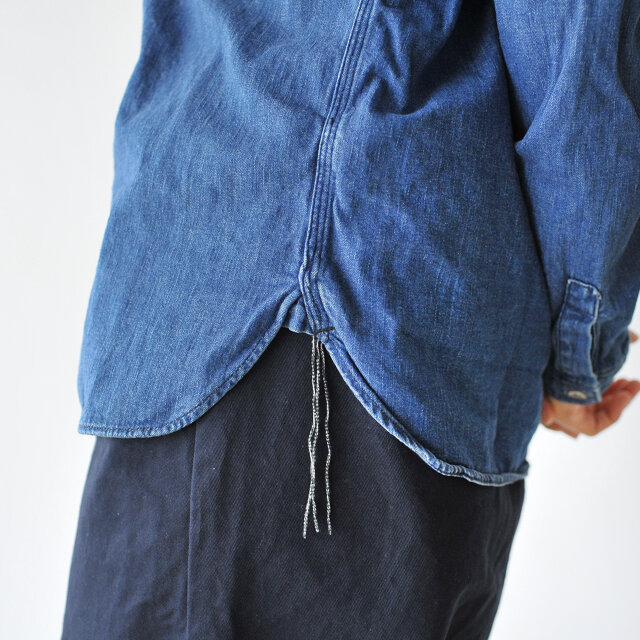 ビンテージのシャツに多く見られる空環仕上げを採用。かつて生産性を高めるために採用されたディテールを現代によみがえらせ、こだわりの証としてあしらっています。