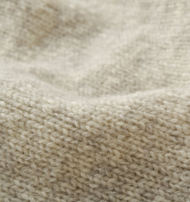 しっかりとした編地のニットは毛羽立ちが少なく、安心感のある弾力感。しっとりとした質感でチクチク感もなく、デリケートな肌にも優しく馴染みます。長く培われてきたニット製法の技術が裏打ちする品質の良さを、ぜひ一度 実感してみてください。