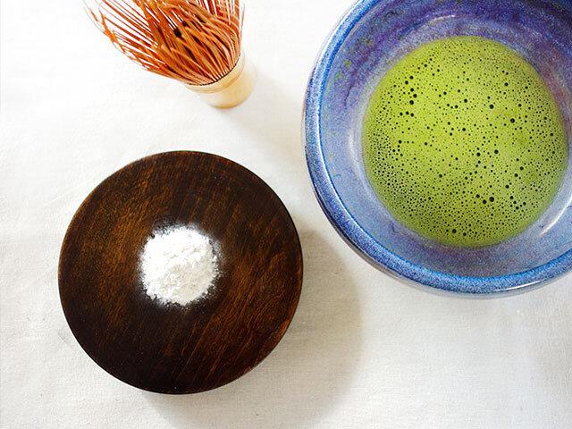 和三盆はお抹茶と一緒にお茶菓子として楽しまれてきました。 上品な甘さはコーヒーや紅茶とも相性バッチリです。