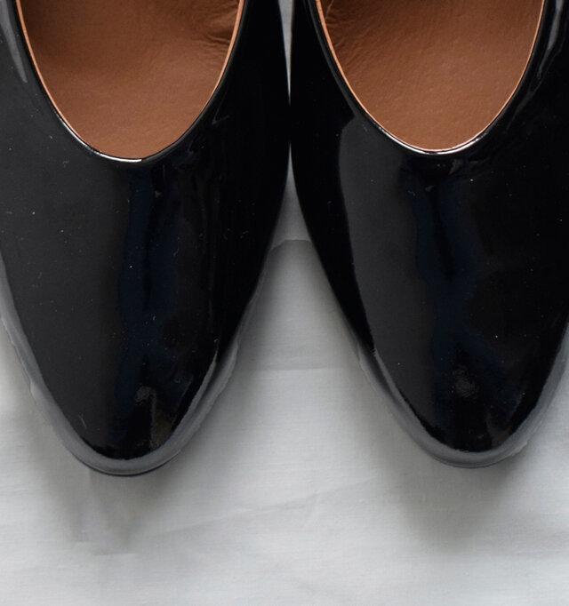 艶感が大人の上品さを演出するエナメル。 足元に華やかさをプラスしてくれます。
