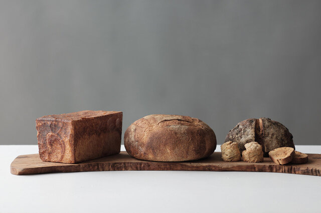 3000円分入ったLセットには、パンとお菓子がさらにたっぷり。 セット内容の一例(角食1.5斤、みまきカンパーニュホール、ひまわりの種とレーズンのカンパーニュハーフ、全粒スコーン2個、季節のビスコッティ2枚)