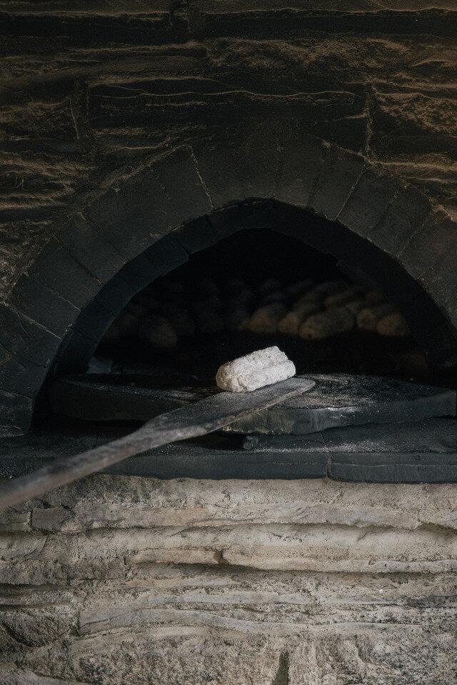 薪窯で丁寧に一つずつ焼き上げています。一度に焼けるのは60本。多い日で1日4回窯を焚き240本製造しています。